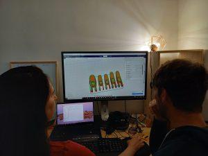 Personnes modélisant des doigts sur un logiciel de 3D